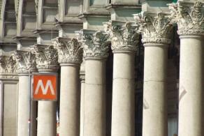 """Станции метро в Милане обозначены красным квадратом с белой буквой """"М"""""""