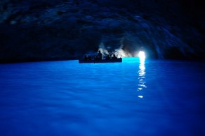 Голубой грот был открыт в 1826 году немецким поэтом Августом Копшем