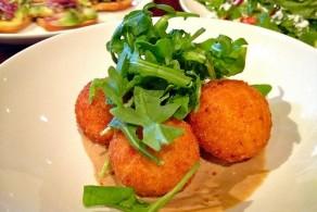 Традиционные блюда сицилийской кухни: Аранчиниi - рисовые шарики с сырно-мясной начинкой