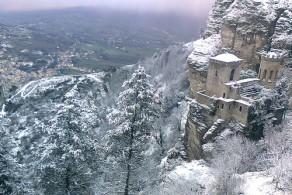Февраль на Сицилии еще позволяет совместить удовольствие от катания на лыжах в горах и весенние посиделки на открытом воздухе