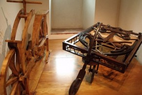 Самодвижущаяся деревянная повозка Леонардо да Винчи - одно из самых известных его изобретений