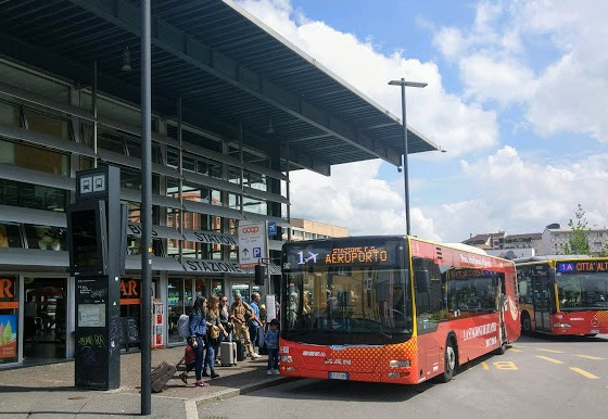 Остановка автобусов в Бергамо у вокзала