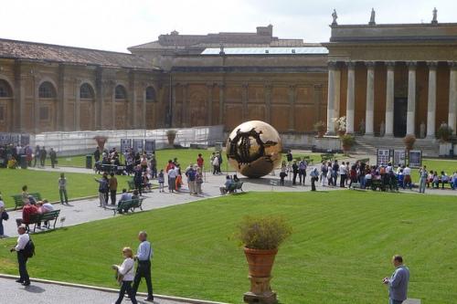 Площадь перед входом в музеи Ватикана