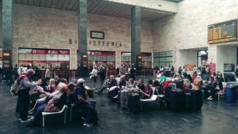 Даже в низкий сезон на итальянских вокзалах очень много людей