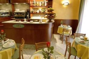 Неподалеку от отеля Dorè - железнодорожный вокзал и великое множество бутиков, модных магазинчиков, ресторанов и клубов
