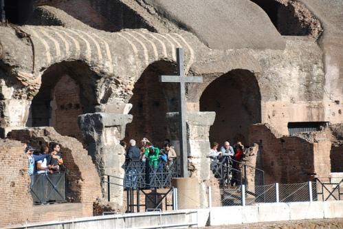 Крест на арене римского Колизея