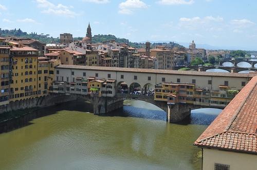 Для экспонатов задействована и часть моста Понте Веккьо