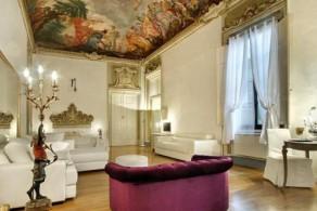 На фасадах и внутри здания Palazzo Tolomei, постройки XVI в. хорошо сохранились фрески и другие произведения искусства времен Возрождения
