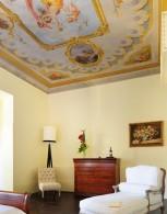 Роскошная старинная мебель и изящные фрески на потолке отеля 1865 Residenza D'Epoca создают уникальную романтичную атмосферу XIX века