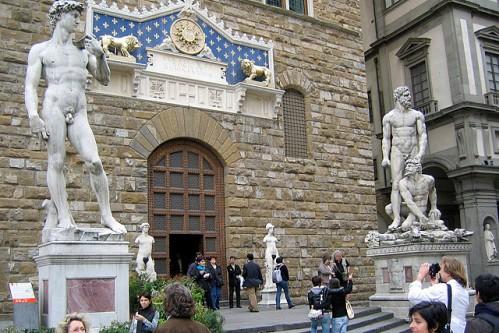 Скульптуры у входа во дворец