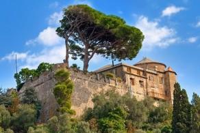 Замок Кастелло Браун возведен в XV веке на месте крепости, построенной еще древними римлянами