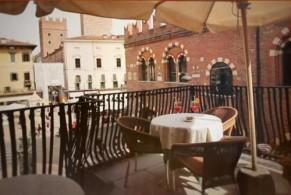 Отель Aurora находится примерно в 150 метрах от самой популярной достопримечательности Вероны – балкона Джульетты