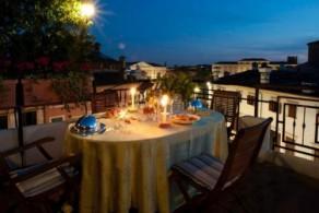 С балконов отеля Bologna открывается очаровательный вид на маленькую площадь в самом центре старого города