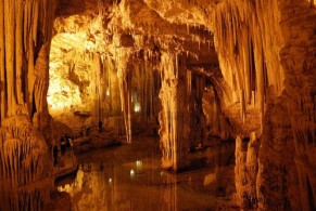 В пещере Нептуна несколько залов с удивительной красоты сталактитами и сталагмитами, в одном из них имеется подземное соленое озеро