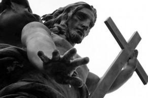 К памятнику стекаются тысячи паломников – считается, что Иисус на горе Ортобене обладает способностью исцелять больных
