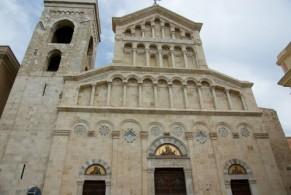 Кафедральный собор Святой Марии ( XIII в.) является резиденцией архиепископов и митрополита Кальяри