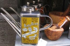Итальянское оливковое масло славится своим качеством, да еще в необычной упаковке - очень достойный сувенир из Италии