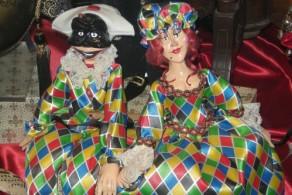 Необычные куклы, одетые в карнавальные костюмы из ярких тканей - еще один памятный сувенир из Италии