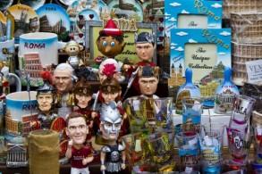 В Италии огромный выбор сувениров: всевозможные магниты, майки, тарелки с изображениями достопримечательностей и др.
