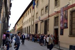Чтобы найти здание, где находится Галерея Академии, нужно от площади Дуомо пройти по улице Риказоли до дома №58-60