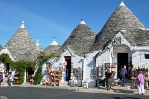 В сказочный городок Альберобелло приезжают, чтобы полюбоваться на трулли – удивительные домики с конусообразными крышами