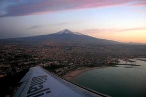 По мнению туристов: лучший вид на действующий вулкан Этна открывается при взлете и посадке самолетов в аэропорту Катании