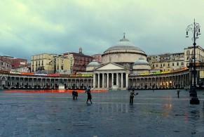 Знакомство с Неаполем обычно начинают с площади Пьяцца-дель-Плебишито с Королевским дворцом и церковью Сан-Франческо-ди-Паола