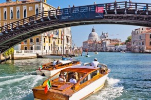 Трансфер в Италии выполняется из всех крупных аэропортов: Фьюмичино в Риме, Мальпенса в Милане, Марко Поло и Тревизо в Венеции и др.