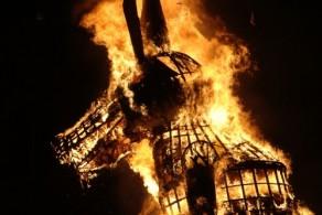 В новогоднюю ночь на главной городской площади Болоньи - пьяцца Маджоре сжигают чучело старика, символизирующее прошедший год