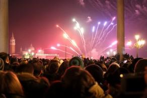 Новый год в Венеции традиционно встречают на площади Сан Марко, где организуется грандиозный концерт и великолепное пиротехническое шоу