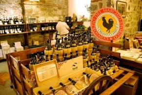 Когда-то Кьянти разливалось в пузатые двухлитровые бутыли, оплетенные соломой, для укупорки которых использовалось оливковое масло и бумажные пыжи