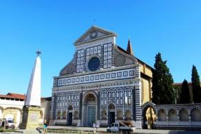 Напротив вокзала расположена базилика Санта Мария Новелла - хранилище множества уникальных произведений искусства XIV-XVI веков
