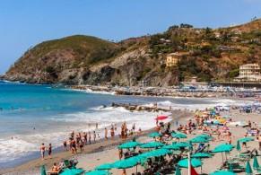 Песчаный пляж Леванто окружен холмами, поросшими буйной растительностью, делающей местность особенно живописной