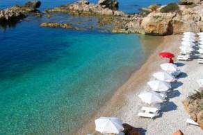 Пляж Бальци Росси – это прозрачное лазурное море и довольно крупная галька размером с куриное яйцо