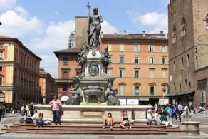 Знаменитый фонтан Нептуна на площади Маджоре– живописная композиция работы флорентийского скульптора Джамболоньи