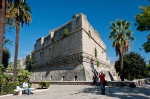Замок Кастелло Звево был возведен в XII в. норманнским королем Роджером II