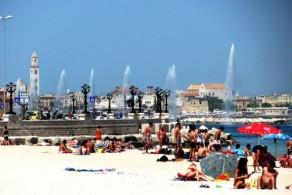 Пляж «Хлеб и помидор» расположен в 10 минутах ходьбы от центра города