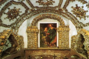 Крипты базилики Санта-Мария-Делла-Кончеционе украшены мозаиками из человеческих костей