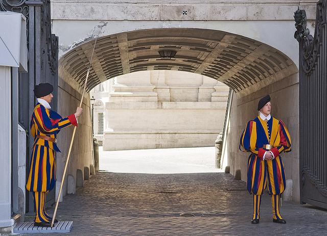 Гвардейцы Папы Римского строго следят за соблюдением порядка