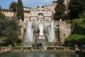 Вилла Д'Эсте известна своим дворцом, прилегающим садом и роскошными фонтанами