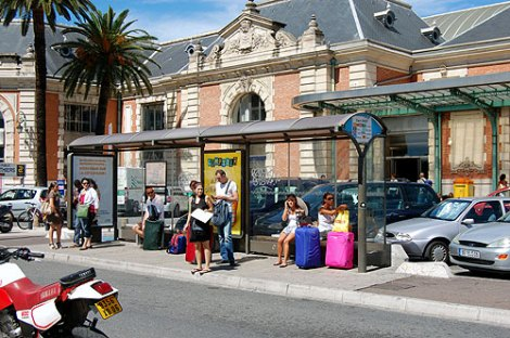 how to get from nice airport to train station