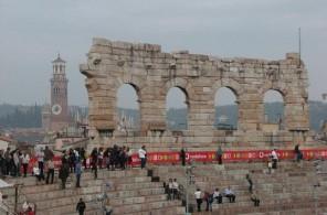 После землетрясений XIIв. от внешней стены здания осталось лишь 4 арочных секции