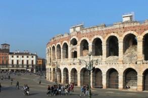Амфитеатр расположен на главной площади Вероны — Пьяцца Бра