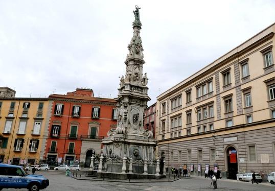 Джезу Нуово - одна из самых «исторических» площадей Неаполя