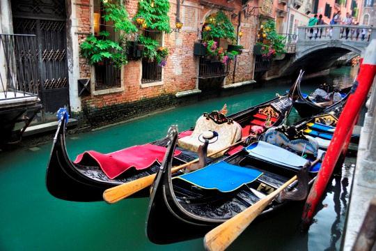 В какой цвет традиционно окрашены венецианские гондолы