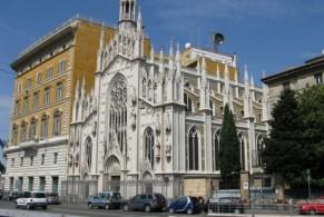 Музей находится в ризнице Церкви Св.Сердца Христа, напоминающей Миланский Дуомо