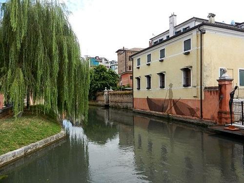 Многочисленные каналы города делают его похожим на Венецию в миниатюре