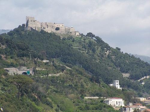 Крепость Ареки в Салерно, Италия (фото)