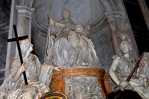 Скульптуры в Соборе Святого Петра