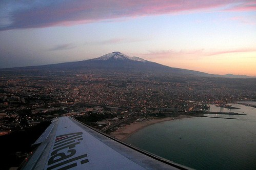 Вид на действующий вулкан Этна с самолета, Италия